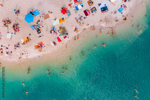 Foto aerial view of sunny sandy beach with blue azure water