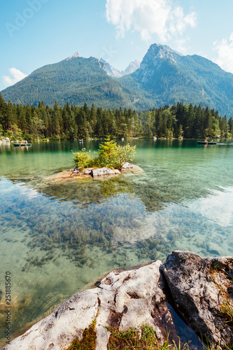 Poster Olive Famous tourist attraction of calm lake Hintersee.