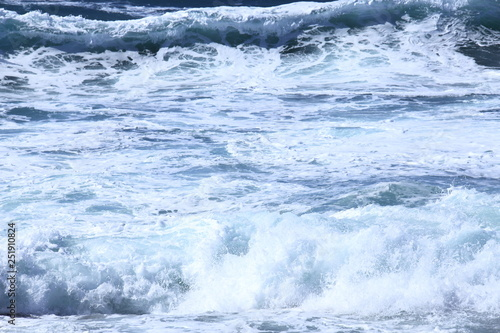 Mare in tempesta che si infrange sui scogli Wallpaper Mural