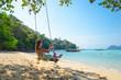 una ragazza sull'altalena isola tropicale