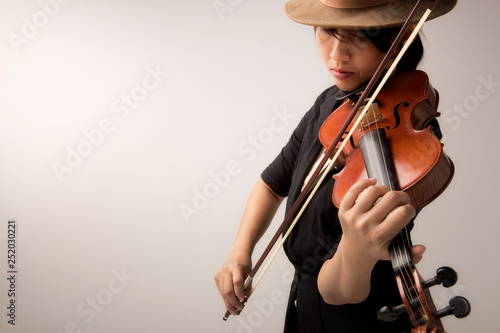 Fotografia Beautiful young woman with violin over black background