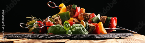 Fotografía  Grilled pork shish or kebab on skewers with vegetables