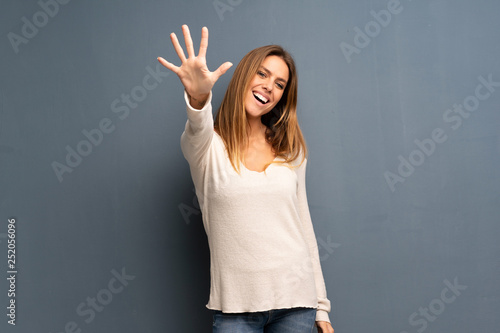 Blonde woman over grey background counting five with fingers Poster Mural XXL