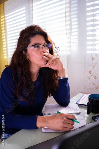 Foto  Mujer madura ideando plan de trabajo desde casa real
