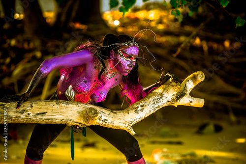 Fototapety, obrazy: Woman in bodypaint playing on the Mangrove beach