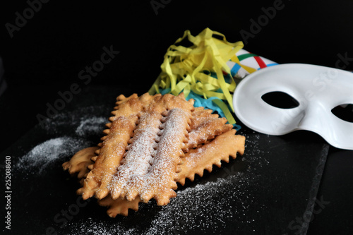 Fotografía  typical italian carnival pasty sprinkled with powdered sugar