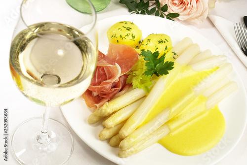 Fototapeta  Spargel mit Sauce Hollandaise und Schinken - Weisswein
