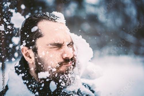 Pinturas sobre lienzo  man gets a snowball in the face