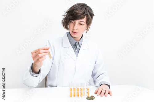Photo  Laborantin bei der Gewinnung von medizinischen Cannabis Öl im Labor