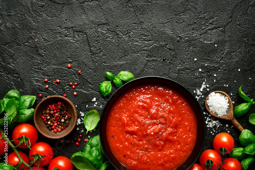 Fotografía  Homemade tomato sauce passata - traditional recipe of italian cuisine