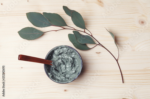 Poster de jardin Spa bowl of homemade clay facial or body mask, spa and beauty