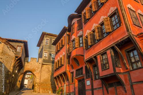 Montage in der Fensternische Ziegel Beautiful street in medieval part of the city Plovdiv, Bulgaria