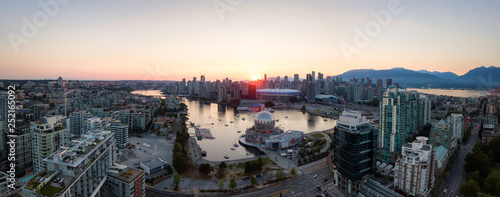 Photo  Aerial Panoramic view of a modern city during a sunny summer sunset