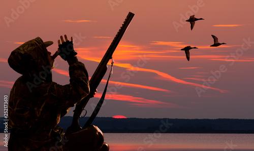 Fotografie, Obraz  hunter lures ducks at dawn