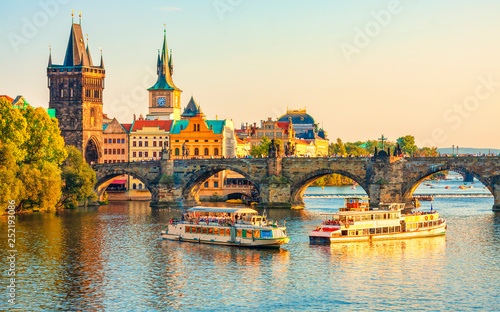 Photo Charles Bridge and architecture of the old town in Prague, Czech republic