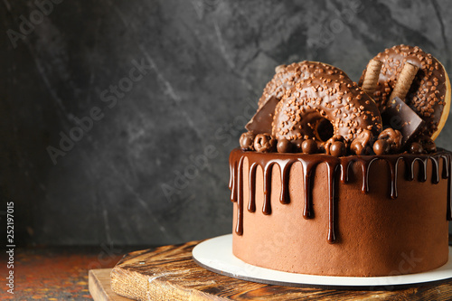 Tableau sur Toile Sweet chocolate cake on table