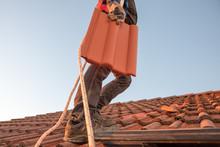 Handwerker Am Dach Beim Austausch Defekter Dachziegel