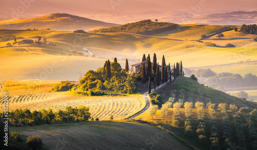 Photo sur Aluminium Melon A lonely farmhouse between tuscan rolling hills. Val d'Orcia, Siena province, Tuscany, Italy
