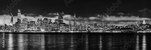 Panoramy linii horyzontu San Fransisco monochrom przy nocą