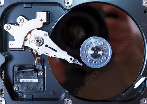 Fotografía  opened hard disc drive. computer hdd inside.