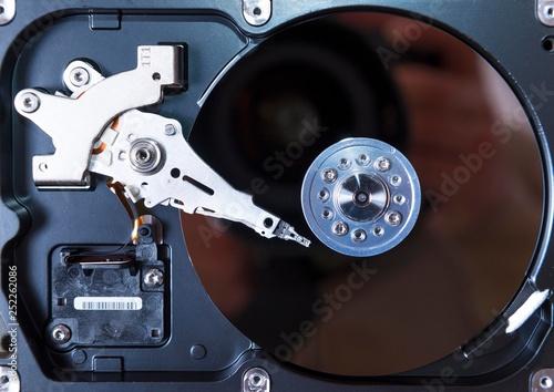 Fotografia  opened hard disc drive. computer hdd inside.