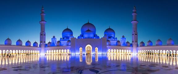 Panorama velike džamije Sheikh Zayeda u Abu Dhabiju blizu Dubaija noću, Ujedinjeni Arapski Emirati