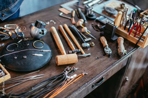 Foto  desk with a collection of jewelry tools for complete specific jewelry projects