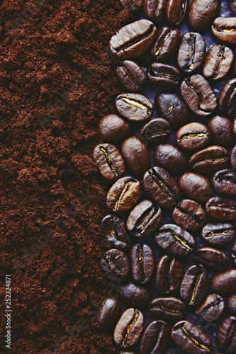 Poster de jardin Salle de cafe Roasted coffee beans background. Close up coffee beans and ground coffee