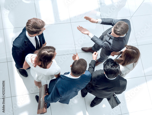 Pinturas sobre lienzo  top view. a group of business people discussing problems.