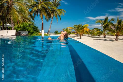 Kobieta przy plażowym basenem w Maldives