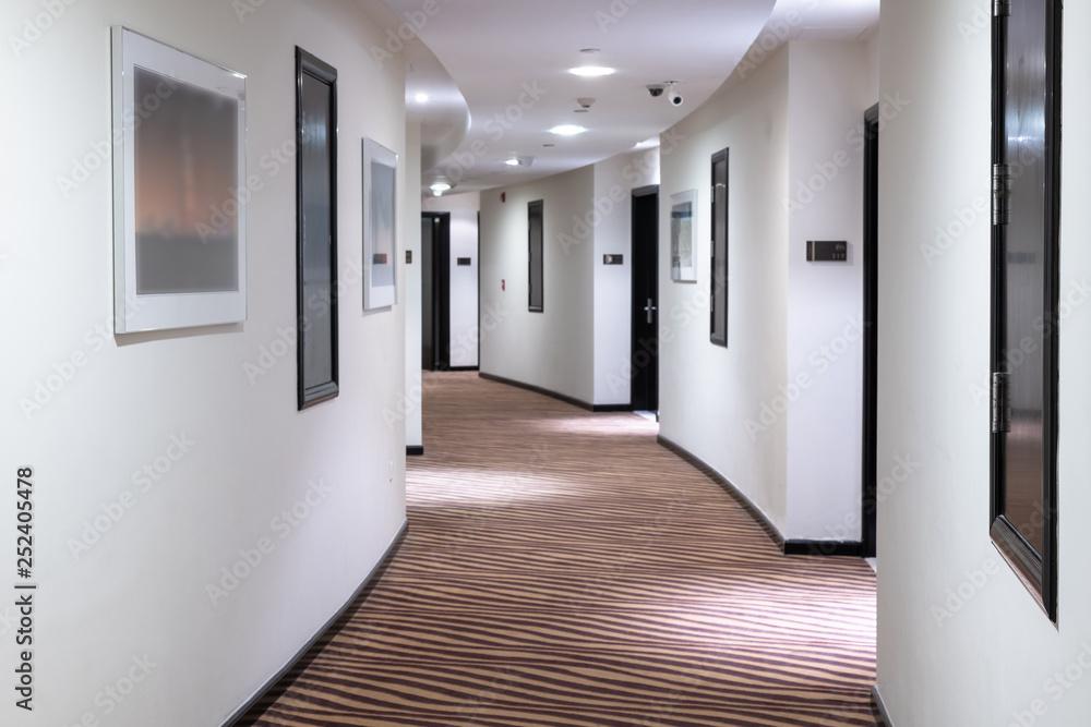 Fotografie, Obraz The white Hotels semicircular corridor in UAE