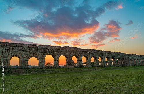 Tableau sur Toile Rome (Italy) - The Parco degli Acquedotti at sunset, an archeological public park in Rome, part of the Appian Way Regional Park, with monumental ruins of roman aqueducts