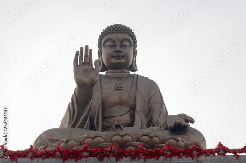 Fotografía  the most large sitting Buddha statue in the word on a lotus flower