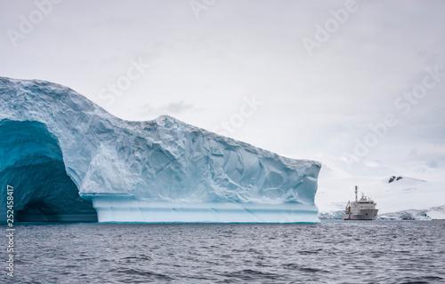 Foto op Aluminium Arctica boat in a middle of massive glaciers off the coast of Antarctic Peninsula