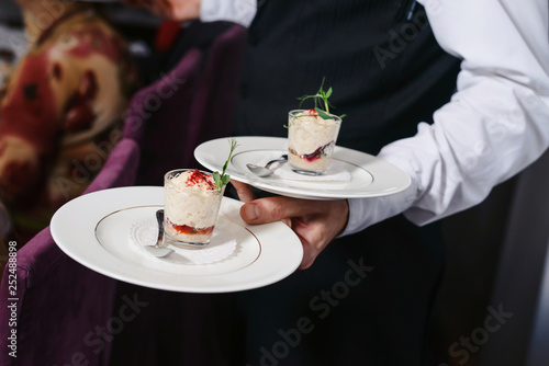 Foto A waiter with a tray of snacks at a banquet or reception