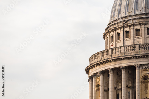 Photo Close up of St Paul's Cathedral dome in London, United Kingdom.