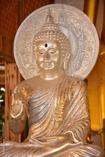Stara złota buddyjska świątynia w Bangkok, Thailand.shrine wśrodku buddyjskiej świątyni. Piękna świątynia z jasnym niebem w Tajlandia. Świątynia została zbudowana wiele lat temu w wyjątkowym stylu tajskim.