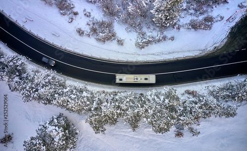 Droga widziana z powietrza z pokrytymi śniegiem drzewami