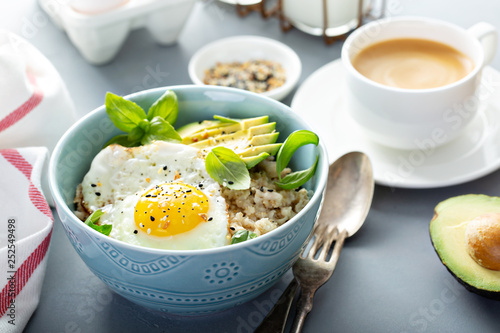 Fotografía  Savory oatmeal with sunny side up egg and avocado for breakfast