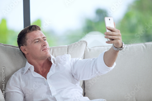 Cadres-photo bureau Narcisse portrait of young man making self photo with his mobile phone