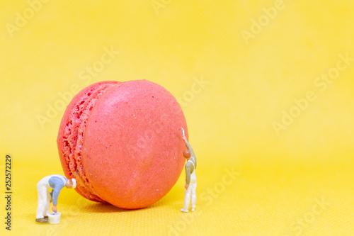 Foto auf AluDibond Macarons Miniature people : Painters coloring macaroon