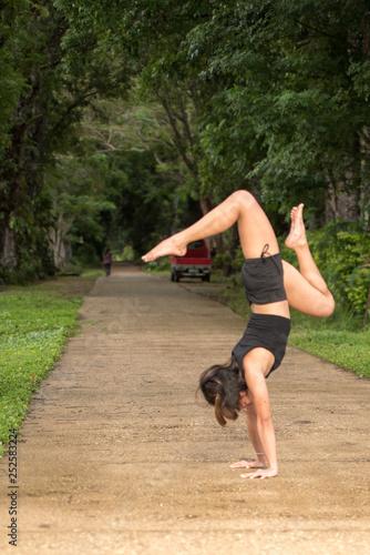 Photo  Filipino girl yoga posing in tropical jungle rice fields