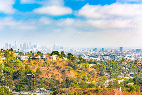 Fotografía Urban views of the Beverly Hills area and residential buildings on the Hollywood hills