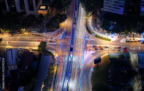 Photo Aerial view of highway junctions shape letter x cross at night