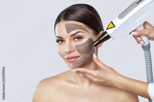 Fotografía  Carbon face peeling procedure in a beauty salon