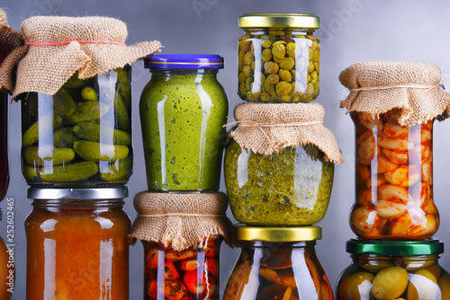 Photo sur Toile Amsterdam Jars with variety of pickled vegetables and fruits
