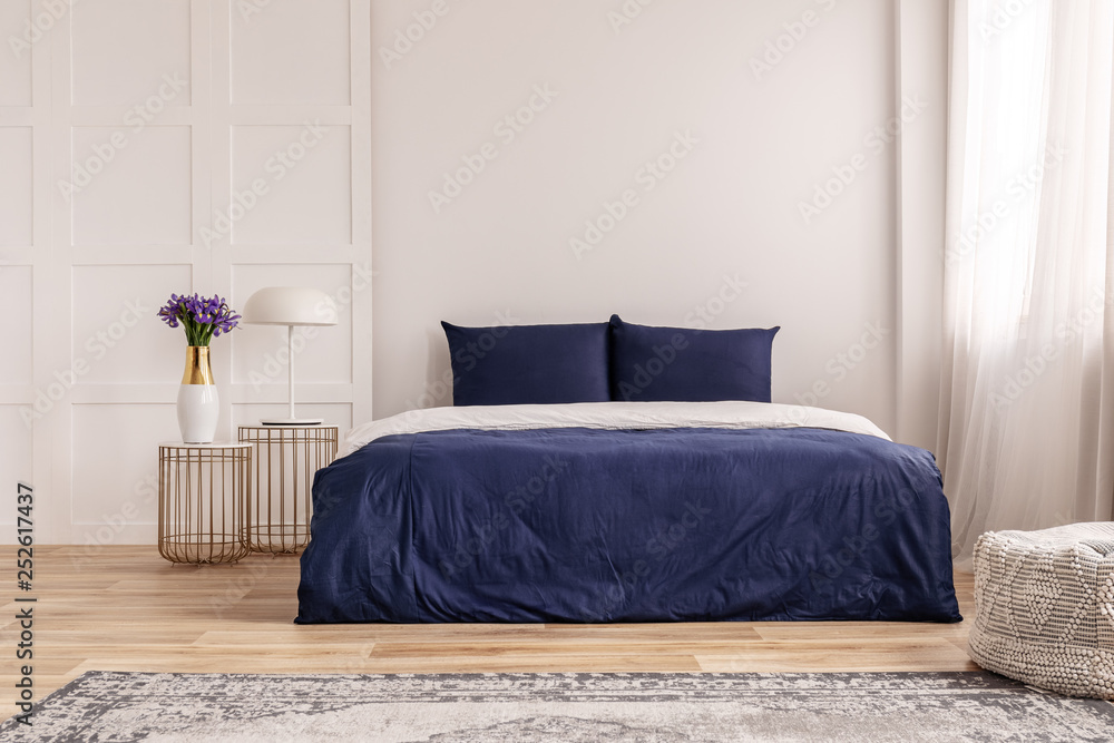 Prosty Projekt Wnętrza Sypialni W Kolorze Granatowym I