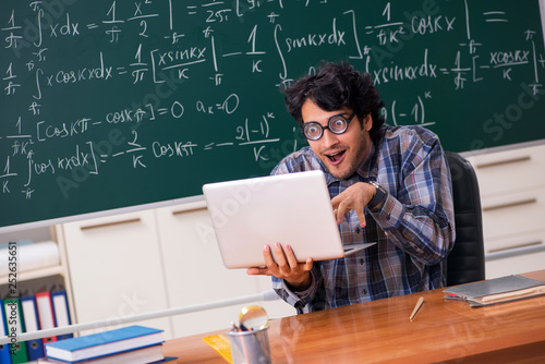 Canvas Print Funny male math teacher in the classroom