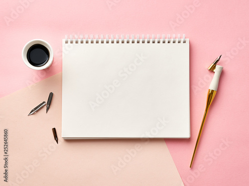 Photo  Mock up of blank artist sketchbook on pink background with calligraphy pen and ink