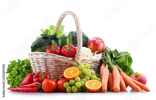 Poster Cuisine Fresh organic fruits and vegetables in wicker basket